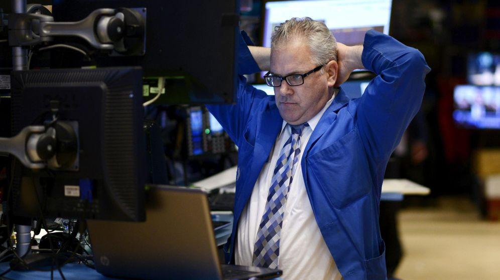 Foto: Un agente en el parqué de Wall Street (Efe)