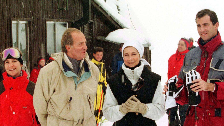 La infanta Elena, el rey Juan Carlos, la reina Sofía y el (hoy) rey Felipe, en Baqueira. (Reuters)