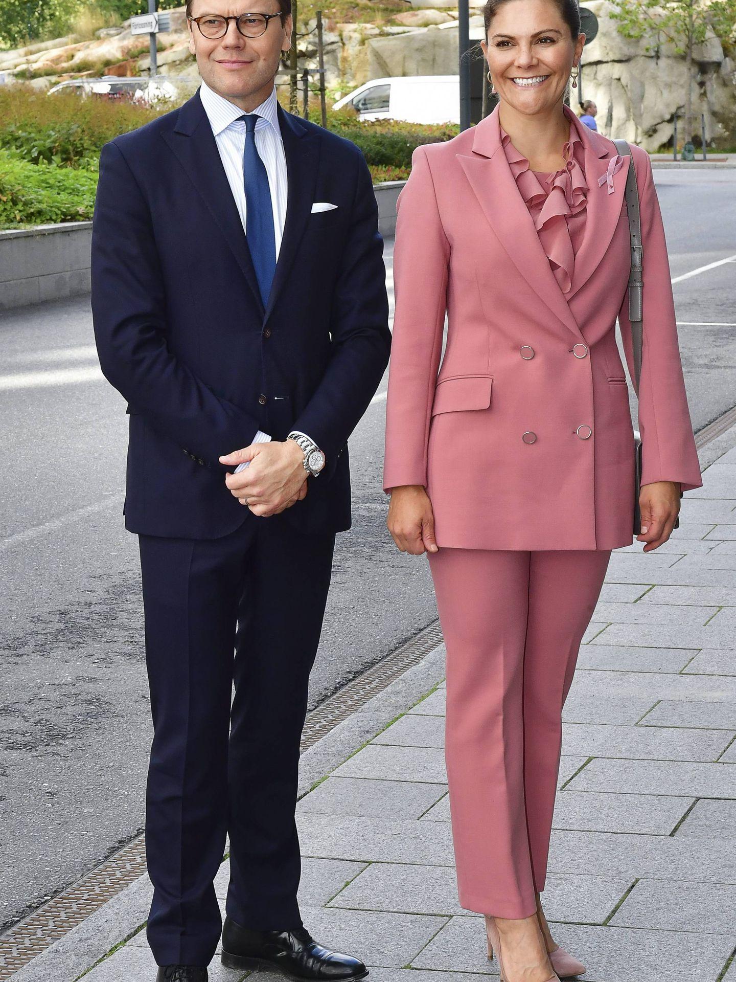 El príncipe Daniel y la princesa Victoria, en el Hospital Universitario Karolinska. (Cordon Press)