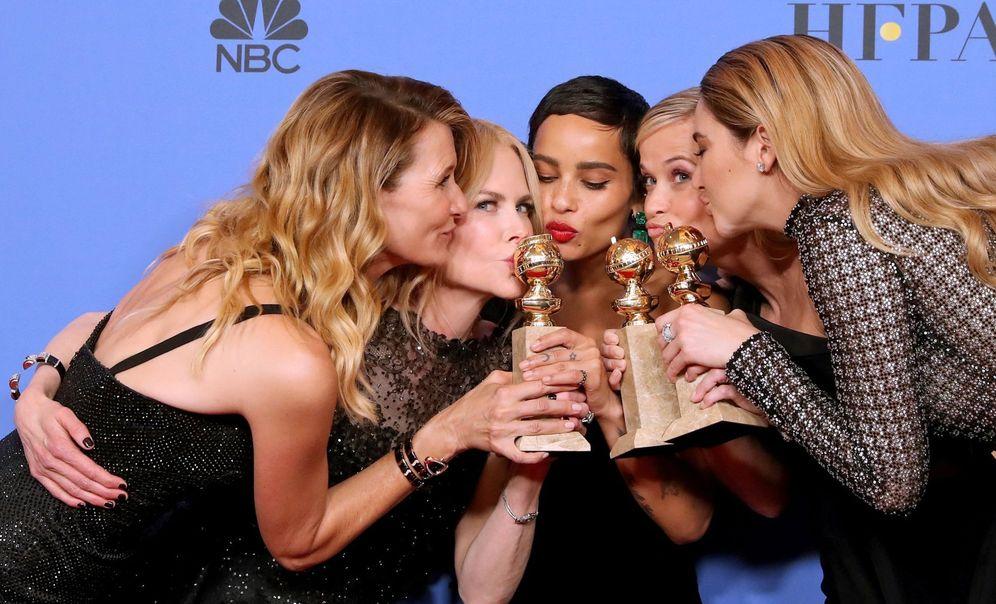 Foto: Las protagonistas de 'Big Little Lies' besan sus Globos de Oro. (Reuters)