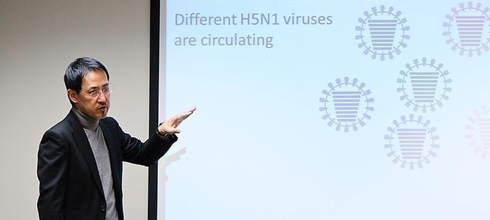 Foto: El profesor de la Universidad de Wisconsin Yoshihiro Kawaoka, durante una presentación sobre el N1H1. (Bryce Richter/U. Wisconsin)