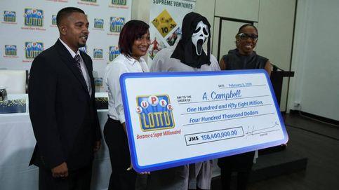 Gana la lotería y se disfraza para no compartir con su familia y amigos
