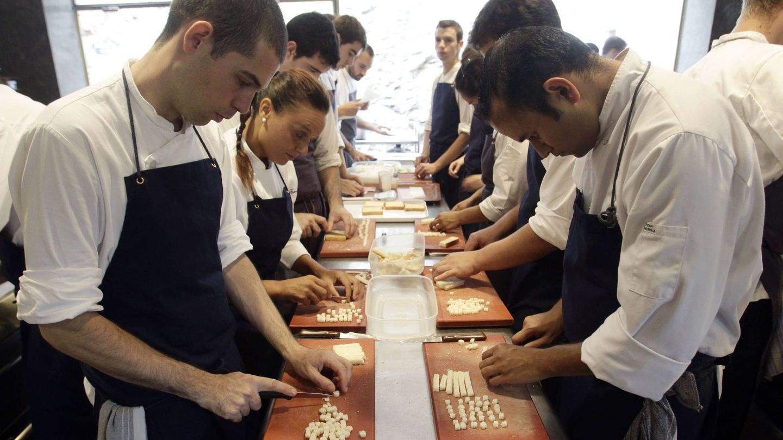 Cocineros preparan la última cena de El Bulli en 2011. (EFE)