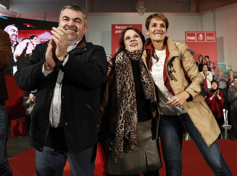 Foto: María Chivite (d), con Adriana Lastra y Santos Cerdán, el pasado 28 de octubre en Cascante, Navarra, en el Día de la Rosa. (EFE)