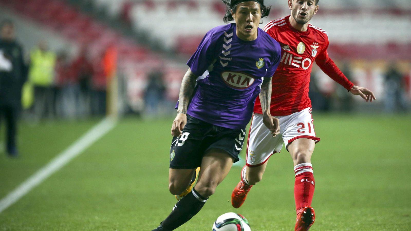 Foto: Suk Hyun-jun, en primer término, junto a Pizzi, ex del Atlético de Madrid (EFE)