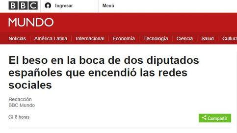 El beso de Pablo Iglesias y Xavier Domènech traspasa fronteras: BBC, 'Le Figaro'...