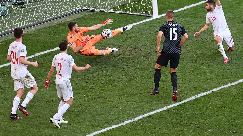 Unai Simón evita el gol bajo palos con una acción de reflejos en la prórroga contra Croacia. (EFE)