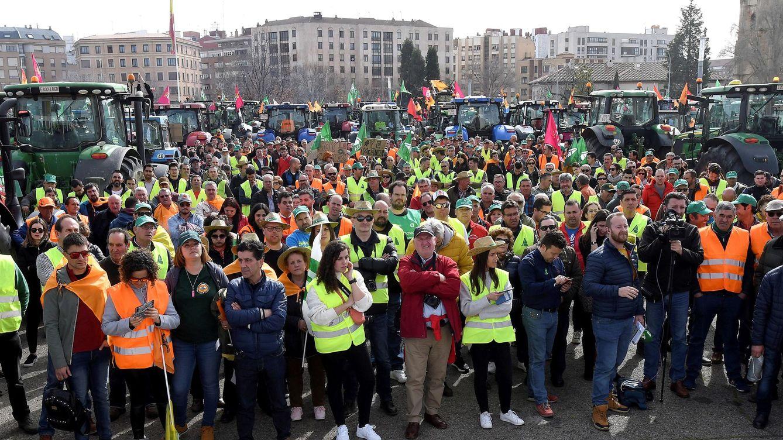 Foto: Asistentes a la manifestación en la que este jueves miles de agricultores y ganaderos han recorrido las calles de León (EFE)