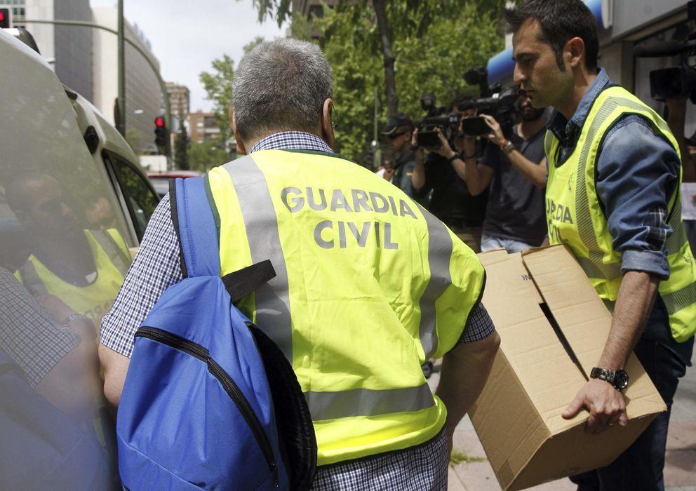 Foto: Agentes de la Guardia Civil se llevan documentación de la sede de ADIF en Madrid. (Efe)