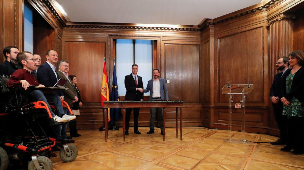 Foto: Sánchez e Iglesias sellan el pacto programático para la coalición. (Reuters)