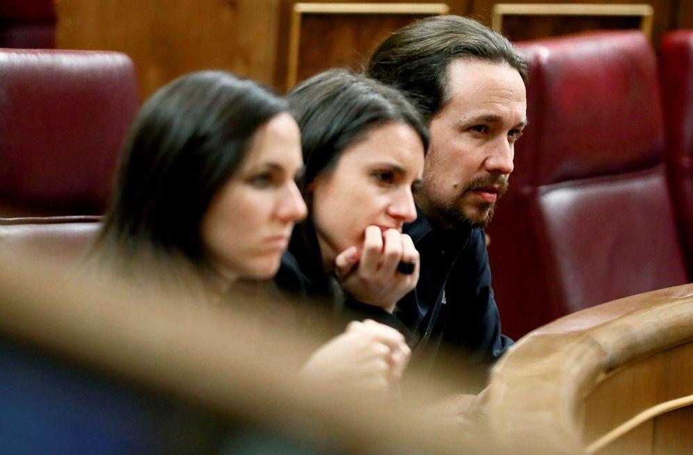 Foto: Pablo Iglesias, junto a Irene Montero y Ione Belarra, este 7 de noviembre en el pleno del Congreso. (EFE)