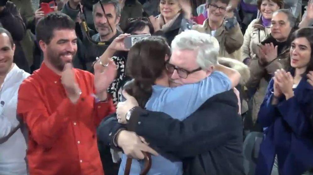 Foto: Pablo Iglesias se abraza a Monereo en un mitin de campaña del 20-D, en presencia del diputado regional Hugo Martínez.