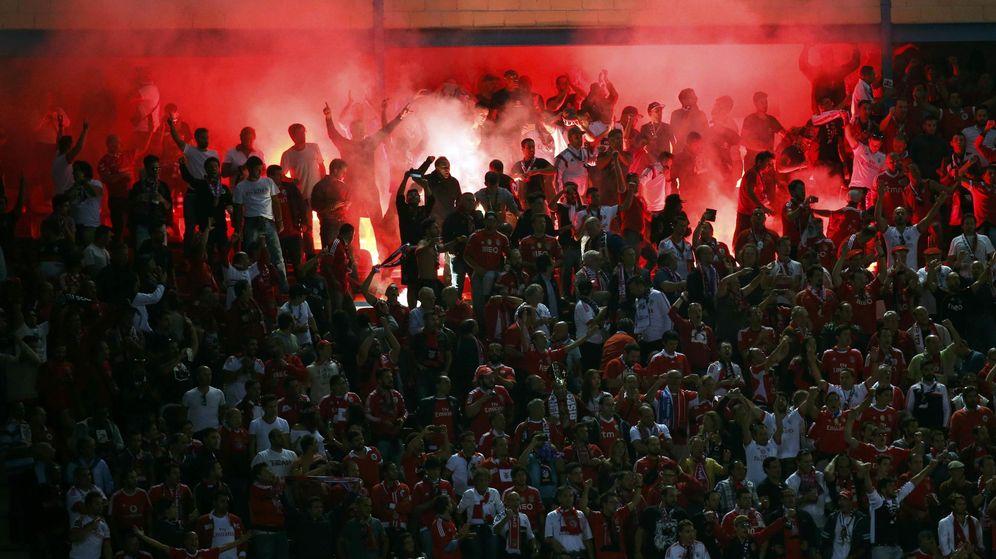 Foto: Los aficionados del Benfica encendieron varias bengalas en el Vicente Calderón (Reuters).