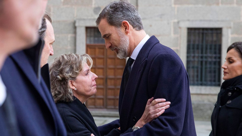 Simoneta, junto a su primo Felipe en el funeral de la infanta Pilar. (EFE)
