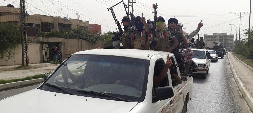 Foto: Milicianos del ISIS celebran la captura de vehículos del Ejército iraquí en Mosul (Reuters).