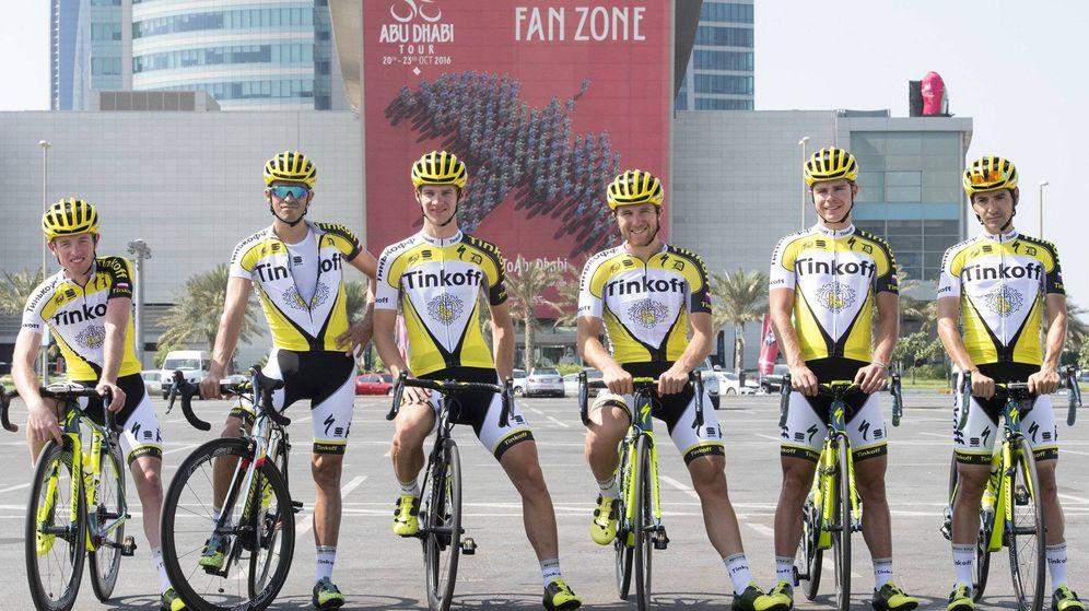Foto: Contador (segundo por la izquierda) 'rompió' el nombre de Tinkoff... pero porque tenía calor (Claudio Peri/Tinkoff).