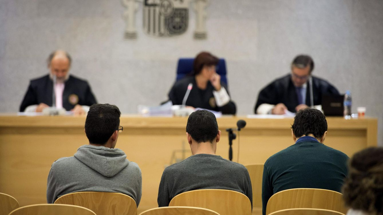 Foto: Los responsables de la página web Youkioske, durante el juicio (Fotografía: Efe).