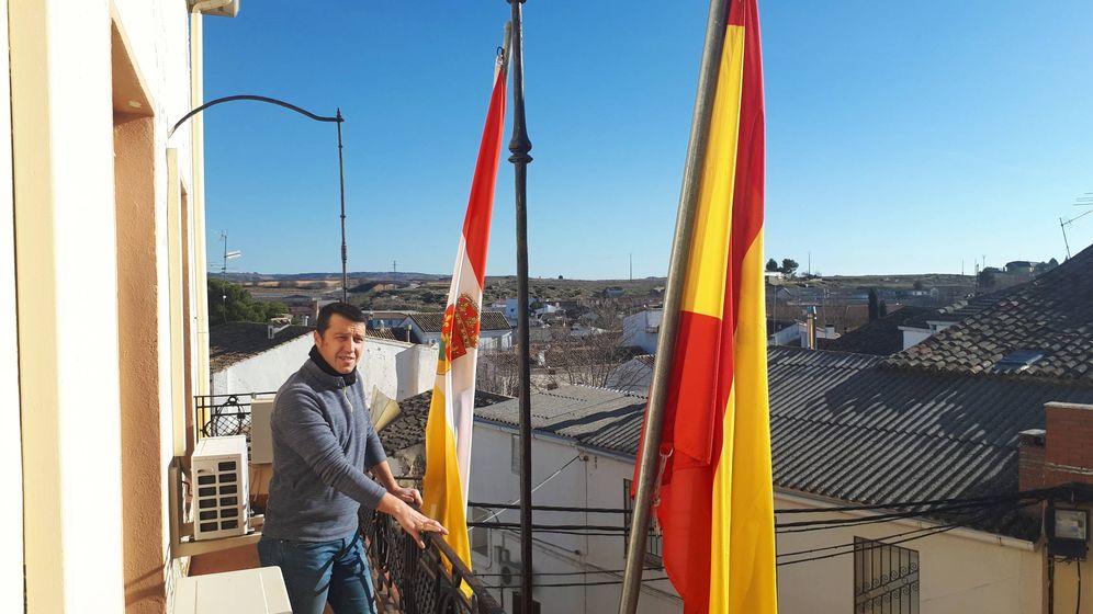 Foto: Roberto Cuevas, alcalde de Campos del Paraíso, en el balcón del Ayuntamiento. (R. M.)