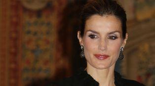La Reina Letizia rebusca en su joyero