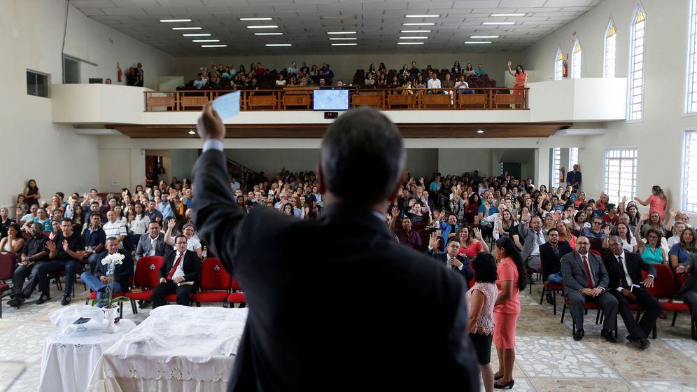 Foto: El pastor evangélico y secretario ministerial Ronaldo Fonseca durante una misa de la iglesia evangélica de las Asambleas de Dios en Brasilia, el 5 de agosto de 2018. (Reuters)