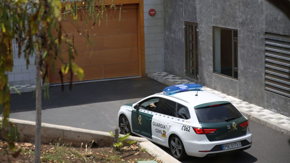 Foto: Un coche de la Guardia Civil entra en los juzgados de Arona, en Tenerife. (EFE)