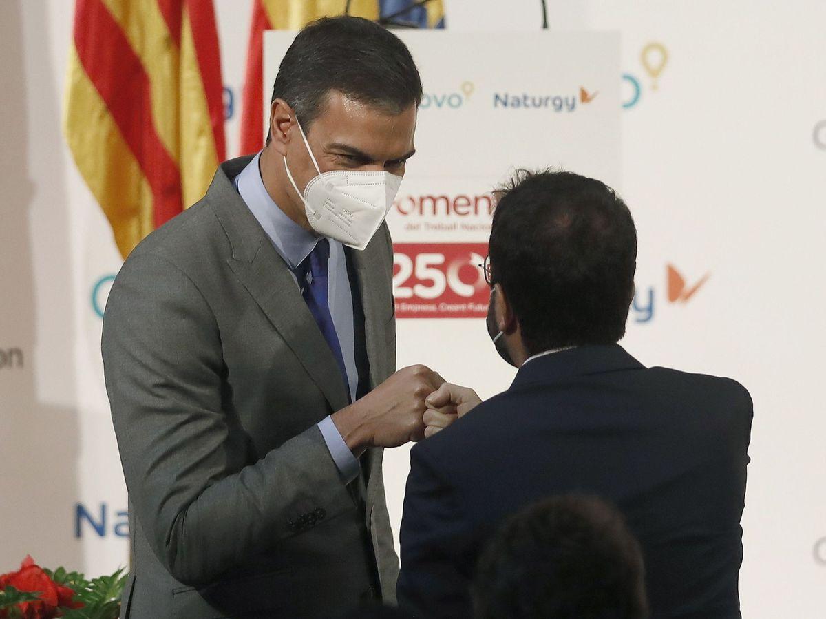 Foto: El presidente del Gobierno, Pedro Sánchez, saluda al presidente de la Generalitat, Pere Aragonès, el pasado 7 de junio. (EFE)