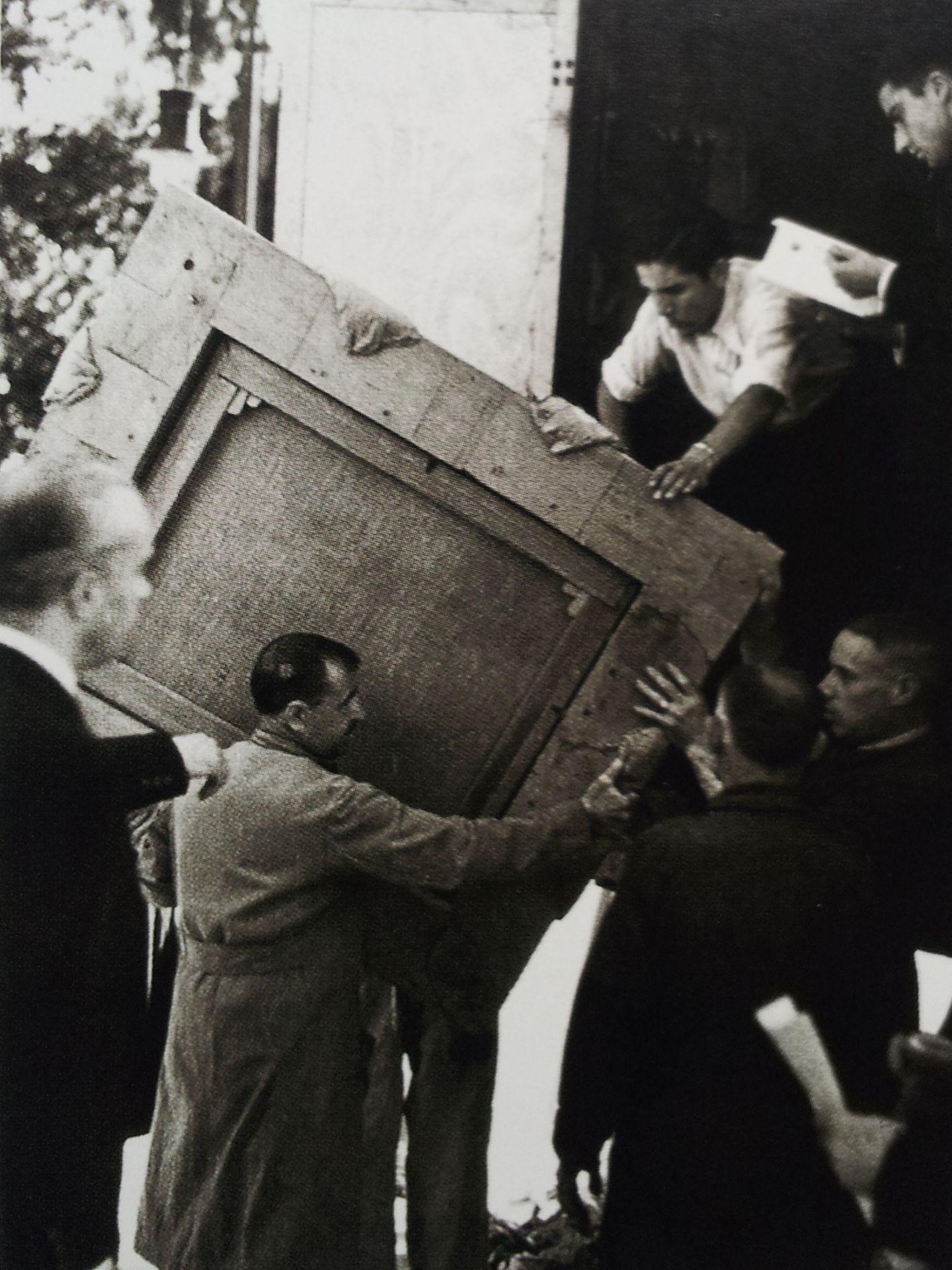 Septiembre de 1939, Ángel es el muchacho de la camisa blanca que ayuda a descargar en el Prado.