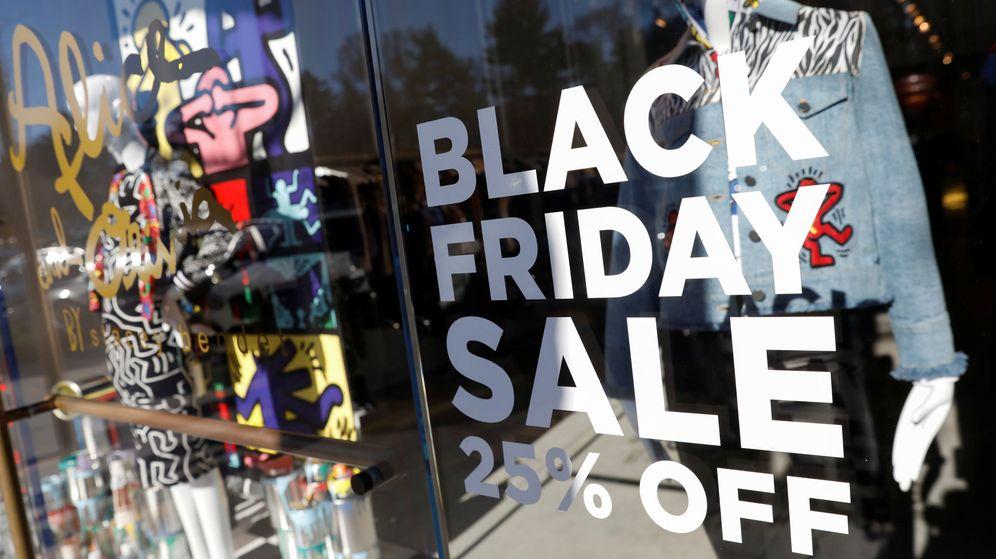 Foto: Cartel de Black Friday en una tienda de Nueva York en 2018. (Reuters)
