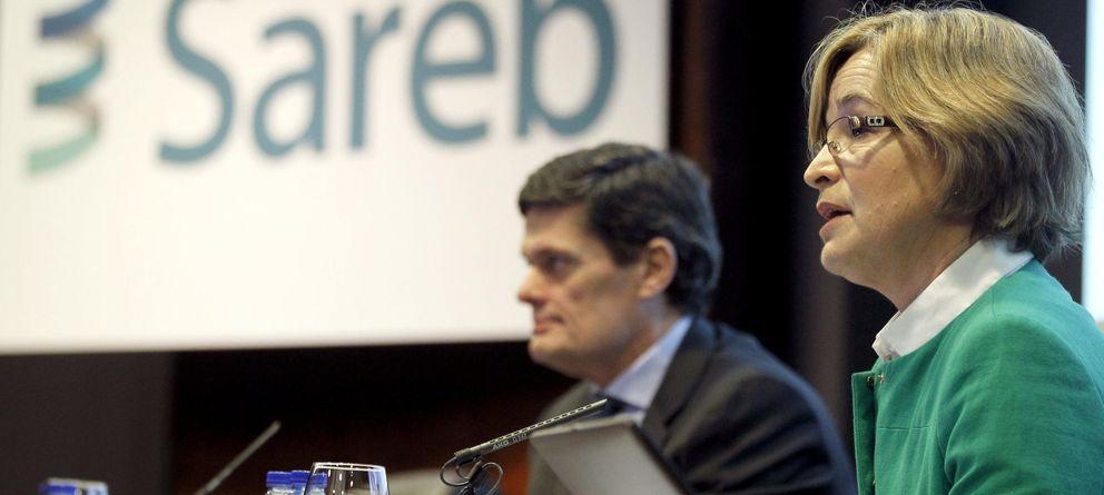 Foto: La presidenta de la Sareb, Belén Romana (d), y el consejero delegado de la sociedad, Jaime Echegoyen. (EFE)