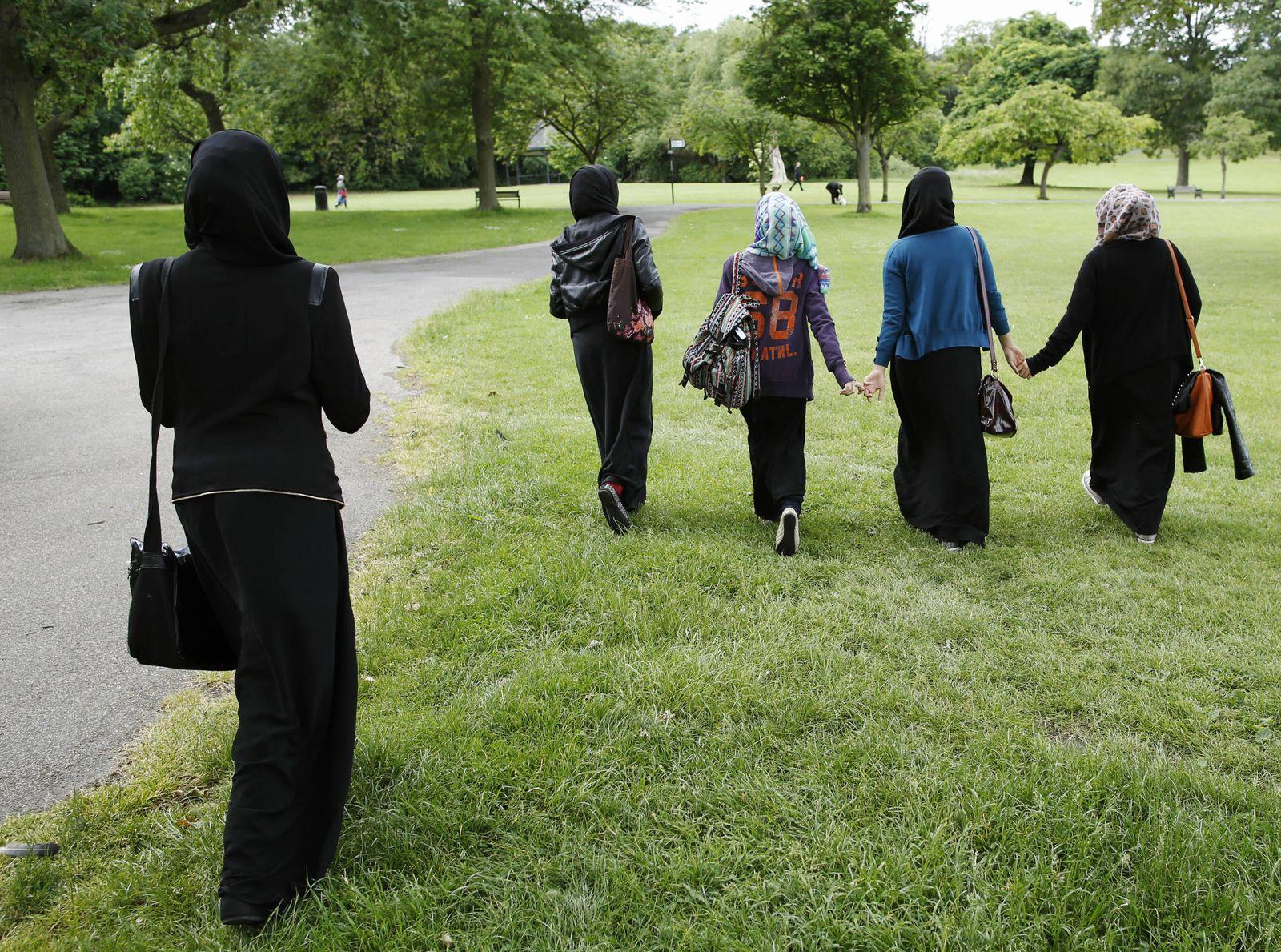 Foto: Jóvenes británicas musulmanas caminan por un parque cercano a su colegio en Hackney, al este de Londres. (Reuters)