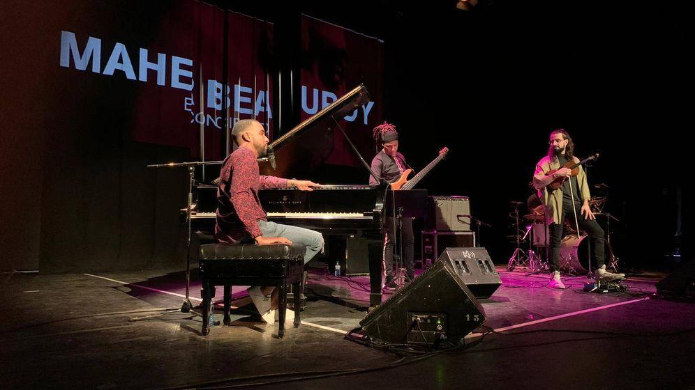 Foto: Maher Beauroy durante el concierto (Institut Francais)