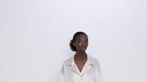 La falda satinada que sienta bien a todas, también a mujeres con curvas, es de Zara