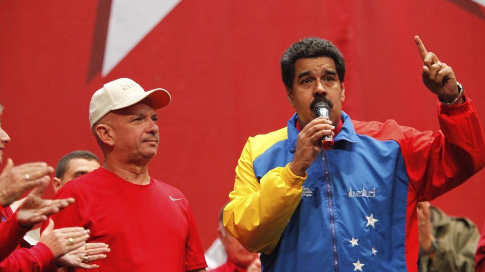 Foto: Nicolás Maduro, presidente de Venezuela, homenajea a Hugo Carvajal en Caracas en 2014. (Reuters)