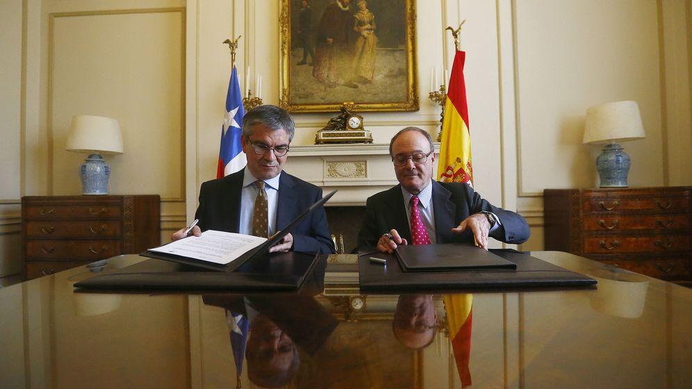Foto: El gobernador del Banco de España, Luis María Linde, junto al presidente del Banco Central de Chile, Mario Marcel (Efe)