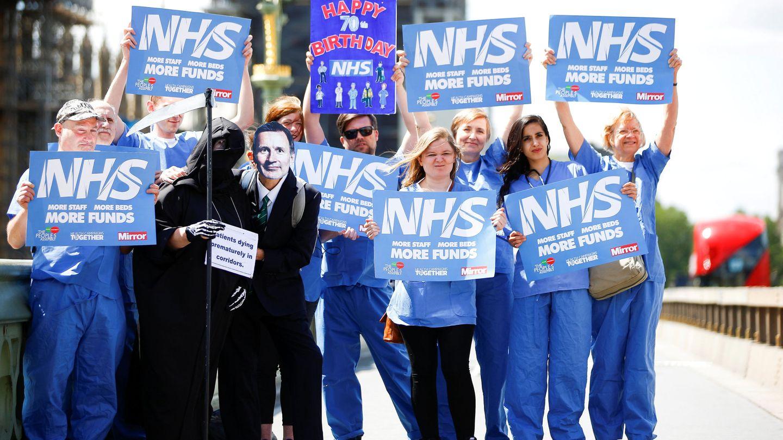 Protesta de trabajadores del NHS en el centro de Londres. (EFE)