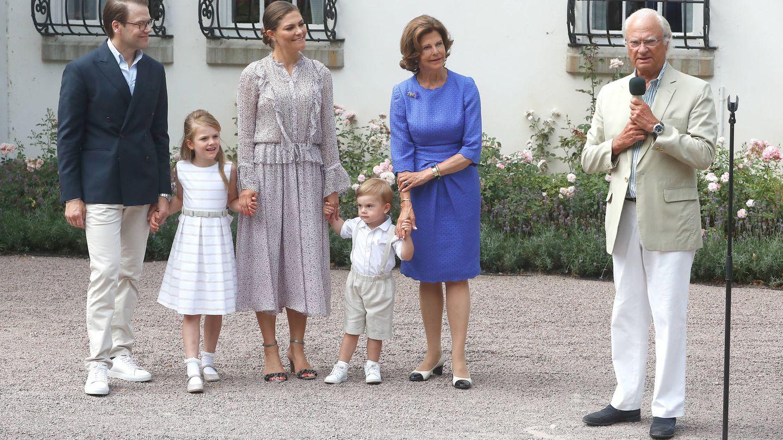 Los príncipes herederos y sus hijos junto a los reyes de Suecia. (Getty)