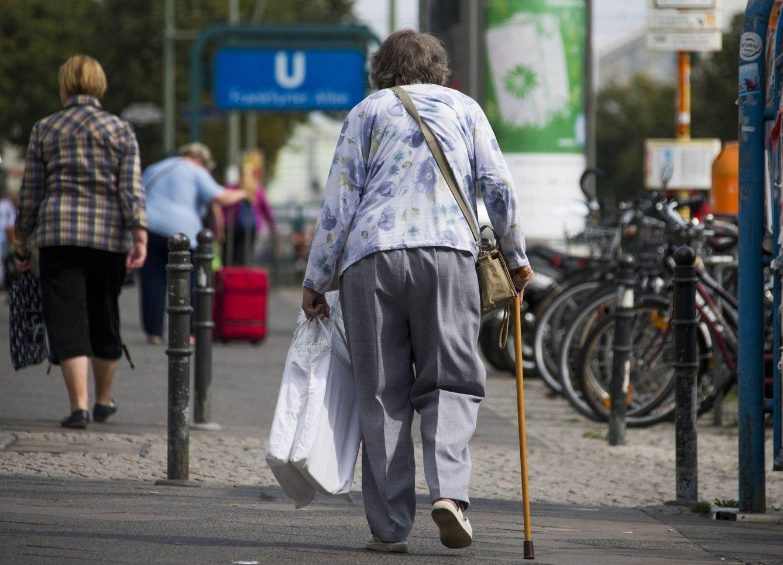 Foto: Una jubilada alemana camina por una calle comercial en Berlín (Reuters).