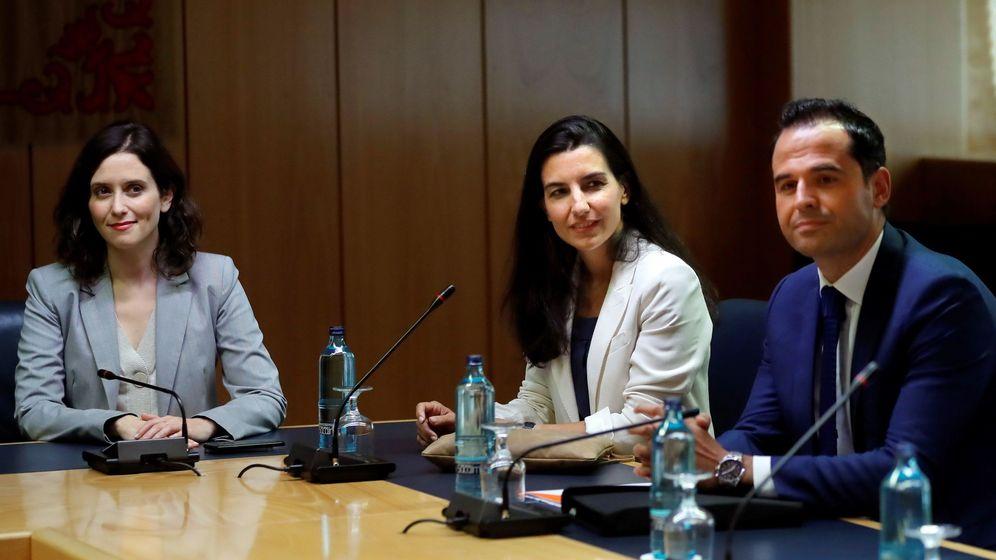Foto: La candidata del PP a presidir la Comunidad de Madrid, Isabel Díaz Ayuso (i), la candidata de Vox, Rocío Monasterio (c), y el líder de Ciudadanos en Madrid, Ignacio Aguado. (EFE)