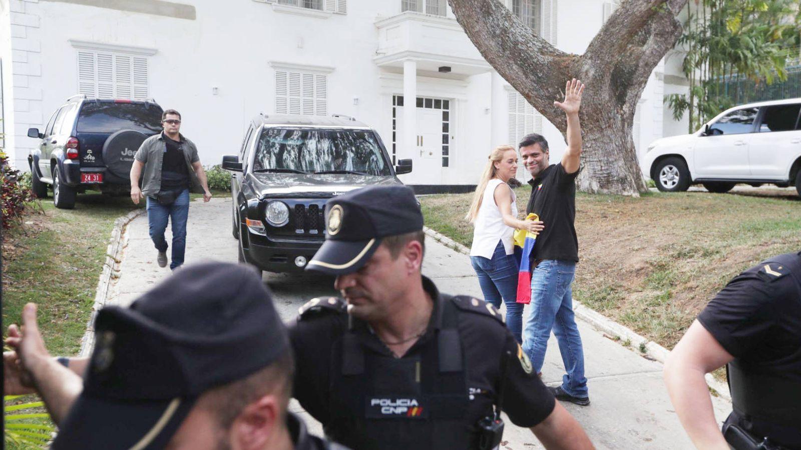 Foto: El líder opositor Leopoldo López (d), junto a su esposa, Lilian Tintori en la residencia del embajador español en Venezuela. (EFE)