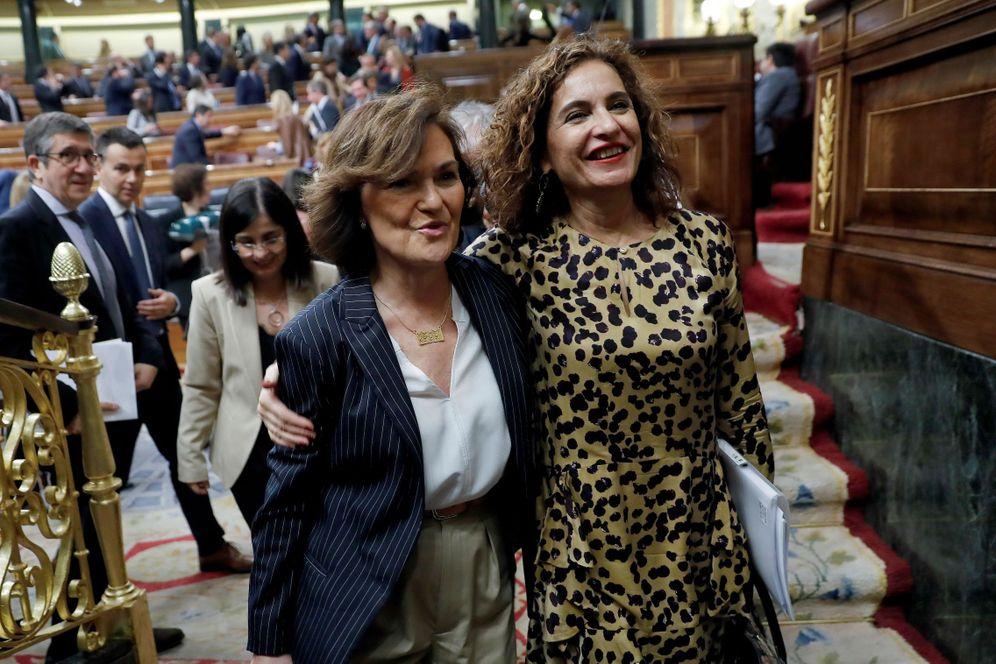 Foto: La ministra de Hacienda, María Jesús Montero, y la vicepresidenta primera, Carmen Calvo, tras la aprobación de la senda de déficit, este 27 de febrero. (EFE)