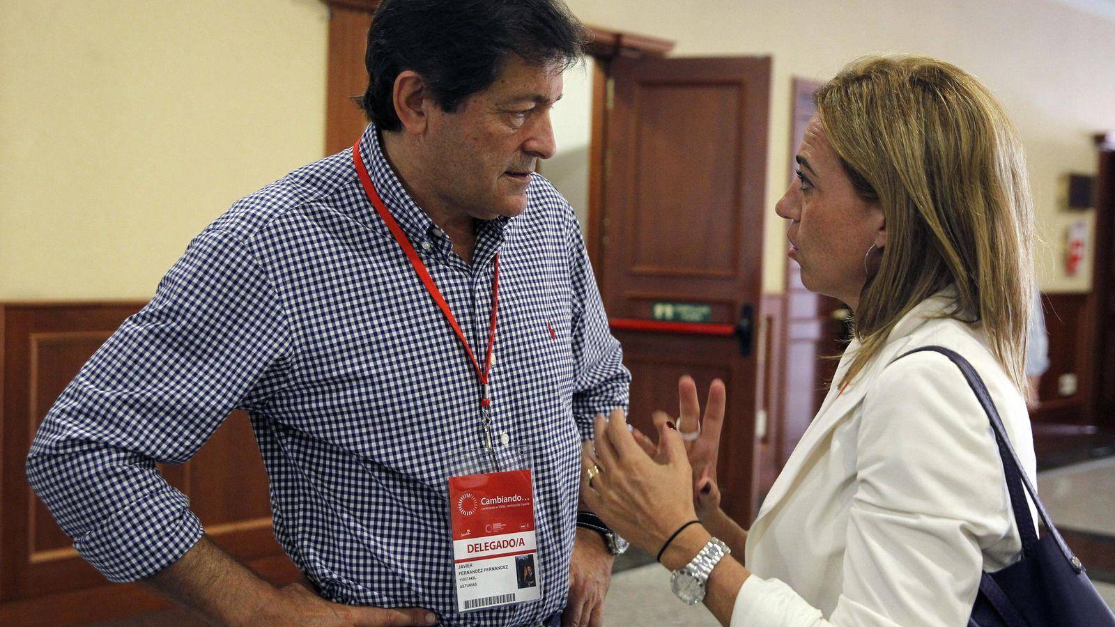Foto: El presidente de Asturias, Javier Fernández, conversa con Carme Chacón. (EFE)