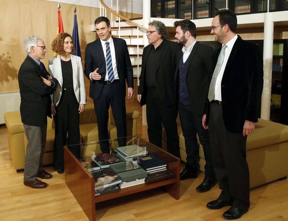 Foto: Sánchez, Antonio Hernando y Meritxell Batet, con Joan Tardà, Gabriel Rufián y Santi Vidal, portavoz y portavoz adjunto de ERC en el Congreso y portavoz de los republicanos en el Senado. (EFE)