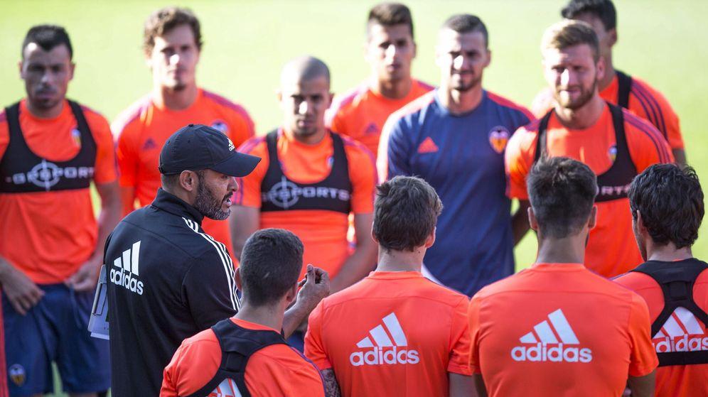 Foto: Nuno da indicaciones a sus jugadores durante un entrenamiento (Efe).