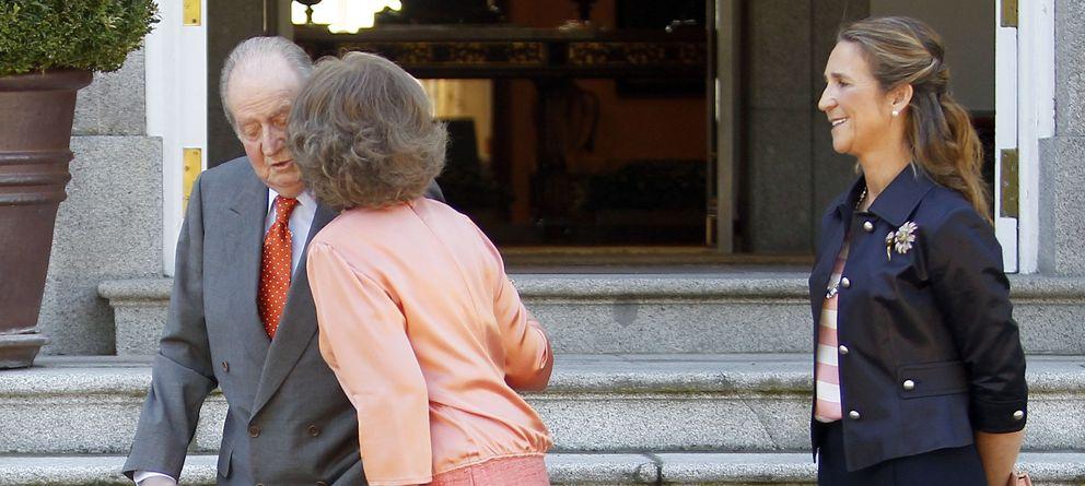 Foto: La Reina besa a don Juan Carlos ante la mirada de la infanta Elena (I. C.)