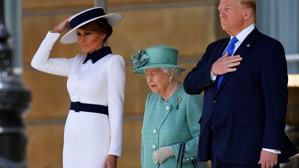 Foto: Melania y Donald Trump, junto a la reina de Inglaterra. (Reuters)