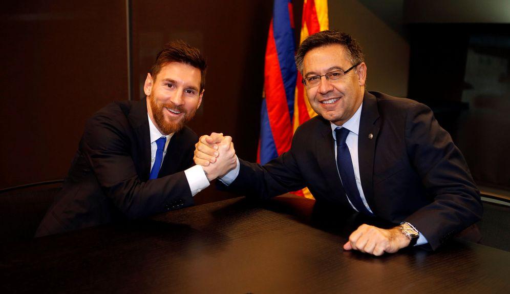 Foto: Imagen de Messi y Bartomeu tras quedar sellada la renovación del argentino. (Reuters)