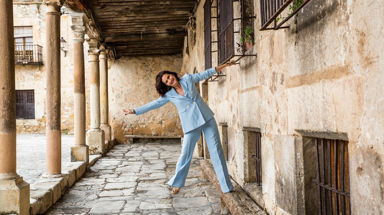 Samantha Vallejo-Nágera en los soportales de su querida Pedraza. La chef lleva un traje de Massimo Dutti, zapatos de Jimmy Choo y pendientes de Catalina de Anglada. (Foto: Loulook.com)