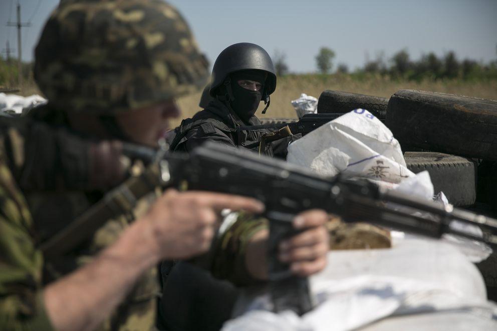 Dos soldados ucranianos en una barricada ante Slaviansk (Reuters).
