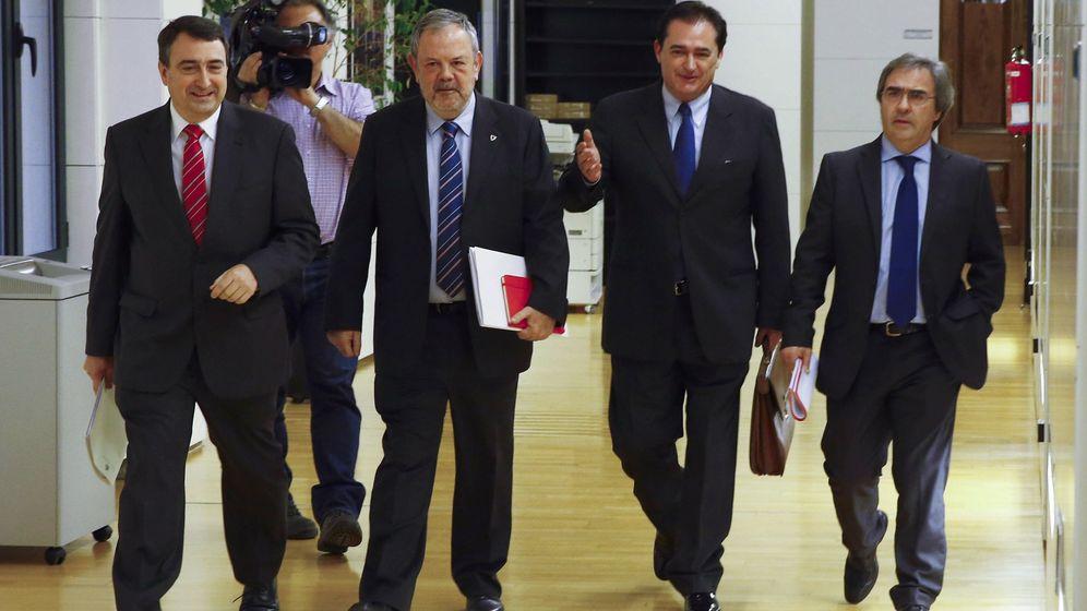 Foto: Los dirigentes del PNV Aitor Esteban, Pedro Azpiazu, Iñaki Goikoetxea y Joseba Aurrekoetxea, este 10 de febrero antes de la reunión con el equipo negociador del PSOE. (EFE)