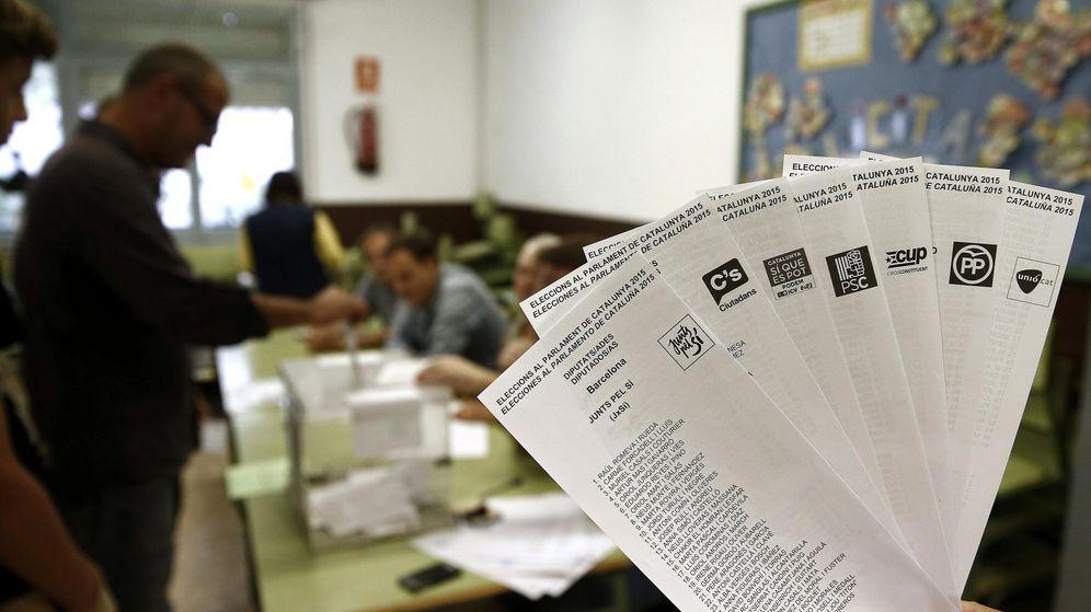 Foto: Una persona muestra las papeletas de los diferentes partidos en las últimas elecciones al Parlamento catalán. (EFE)